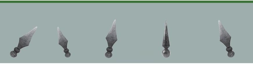 Pointes de lance en acier forgé pour un aspect ancien et robuste,